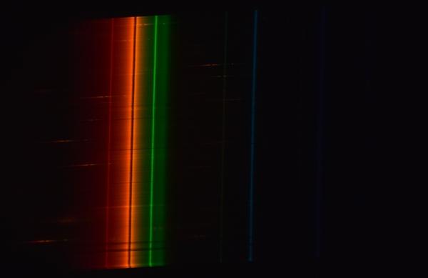 Спектр лампы высокого давления для уличного освещения из фонаря за окном.