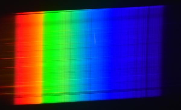 Спектр нашей главной звезды — Солнца. Прекрасно видны многочисленные линии поглощения Фраунгофера.